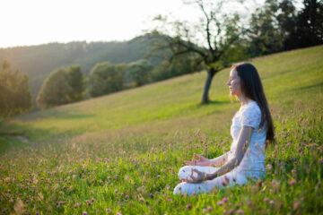 Meditierende Frau auf Schwarzwaldwiese