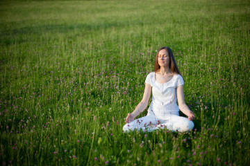 Meditation auf Wiese beim Retreatzentrum von Art of Living im Bad Antogast