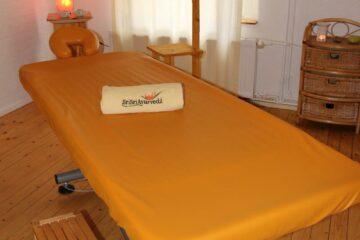 Behandlungliege im Sri Sri Ayurveda im Schwarzwald