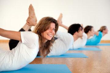 Yogagruppe von Art of living bei der Asana Cobra