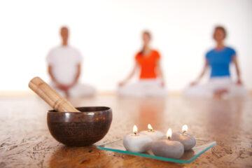 Art of Living Yogagruppe bei der abschließenden Meditation