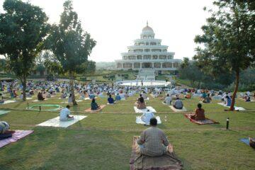 Art of Living Kurs auf dem Außengelände des Ashrams
