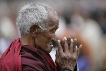 Betender buddhistischer Mönch in Bhutan