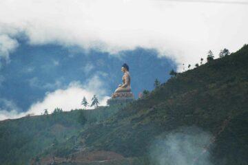 Blick auf eine Statue am Berg