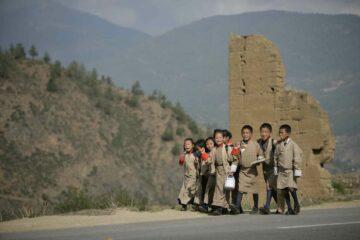 Kinder in Bhutan auf Ihrem Schulweg