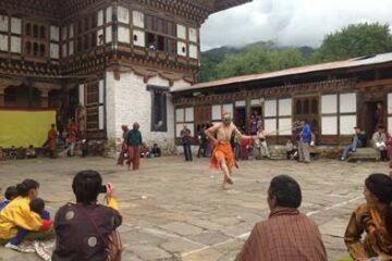 Tanz beim Thangbi-Mani-Festival in Bhutan