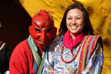 Bhutanesische Festivalteilnehmer mit Kostüm