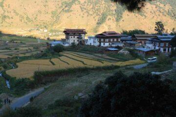 Blick auf bhutanesisches Dorf