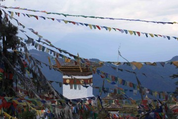 Gebetsflaggen über Kloster