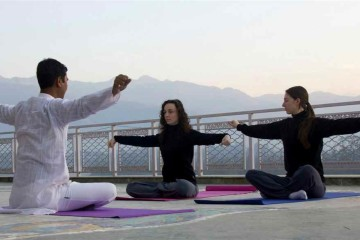 Yoga-Stunde am Fluss