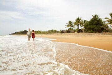 Paar beim Schlendern am Nattika Beach