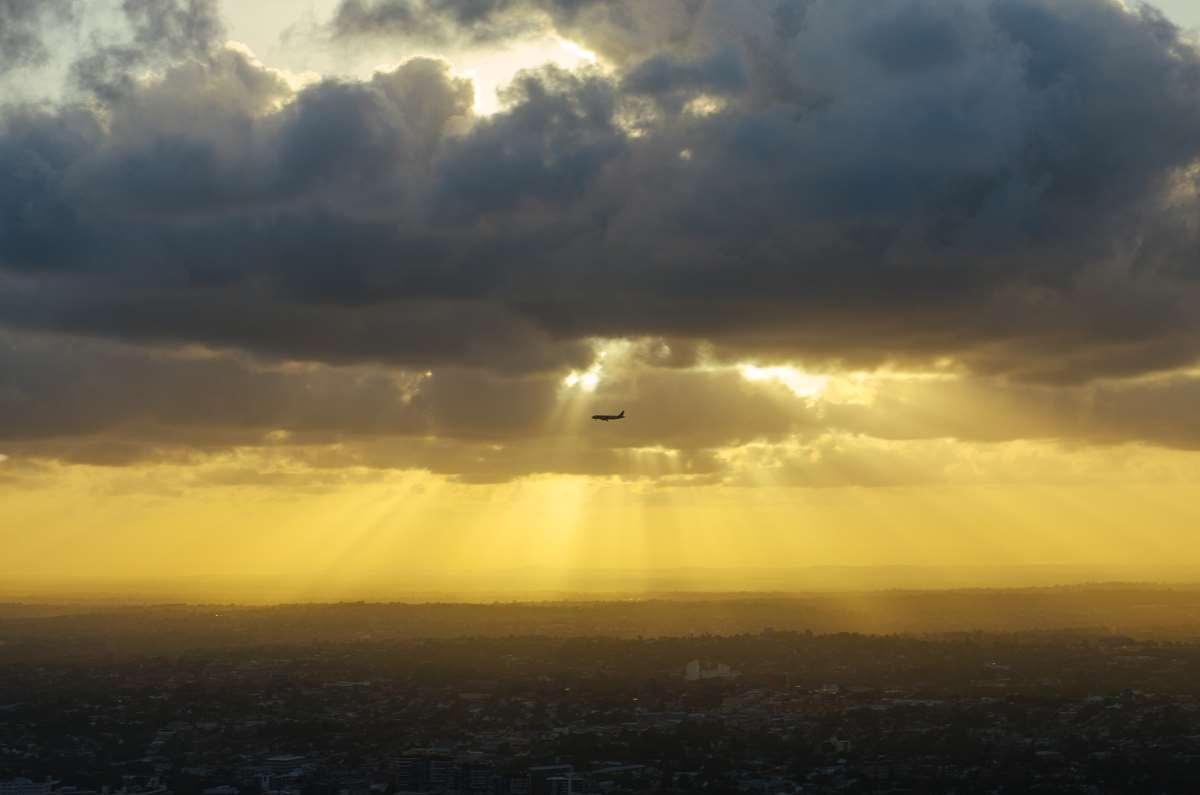 Flugzeug unter den Wolken