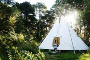 Solscape: Auszeit im Tipi, Zugwaggon oder im ökologischen Studio in Raglan, Neuseeland