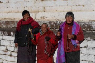 Bhutanerinnen mit Gebetstrommeln vor dem Kloster
