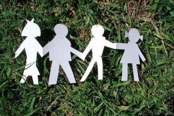 Papierfamilie im Gras