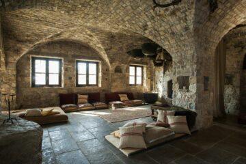 Gemütliche Sitzecken in Klosteratmosphäre