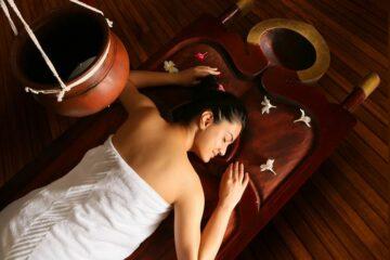 Frau auf Liege bei Wellness-Behandlung