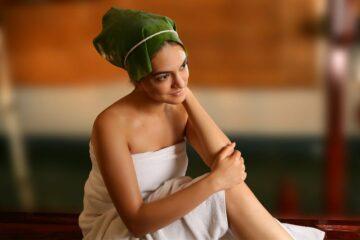 Frau bei Ayurveda-Behandlung