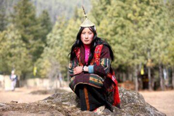 Frau in Bhutan in traditioneller Kleidung