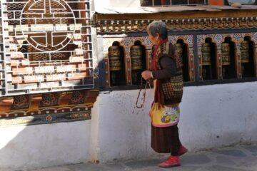 Frau bei den Gebetmühlen