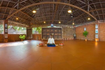 Mann in Meditationshaltung