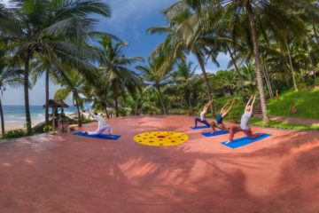 Menschen beim Yoga mit Meerblick