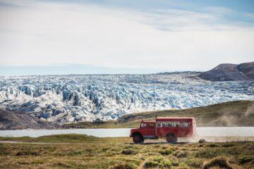Bus vor der Eisszenerie