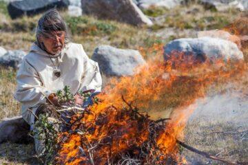 Angaangaq bei einer Feuerzeremonie