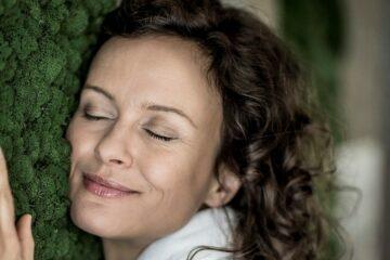 Frau genießt Hautkontakt mit Moos