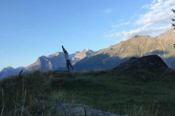 Mann bei Übungen in den Bergen