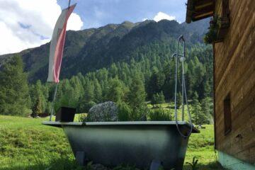 Badewanne mit Naturdekoration