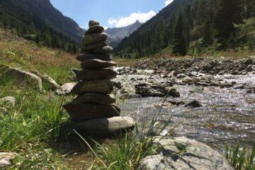 Zen-Pyramide am Bach