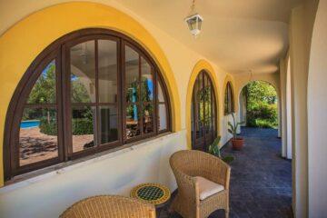 Blick auf die Terrasse der Villa