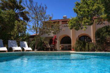 Blick auf den Pool vor der Villa
