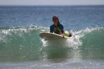 Frau mit Surfboard auf dem Wasser