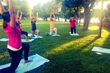 Gruppe beim Yoga im Garten
