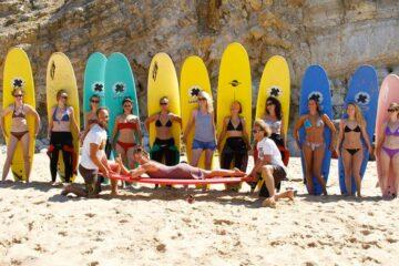 Gruppe des Surfkurses am Strand