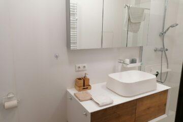Moderne Waschecke in weiß und Holzoptik