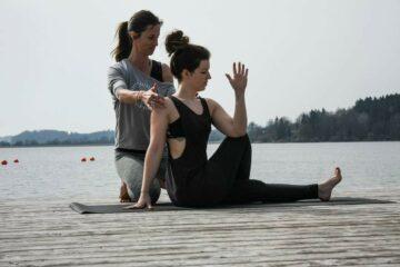 Jeanette mit Yogaschülerin
