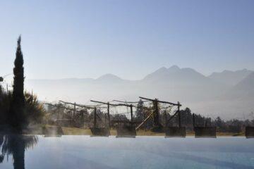 Blick vom Pool auf die Berge und Reben