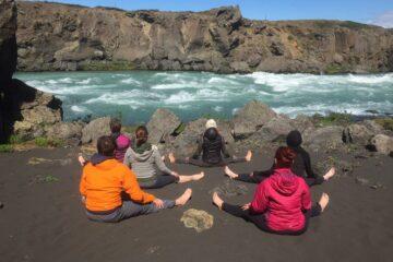 Gruppe beim Yoga in der Natur