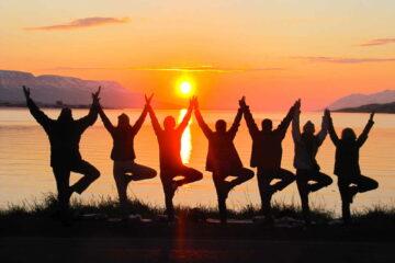 Yoga in der Mitternachtssonne