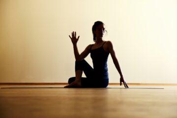 Frau mit Yoga-Pose