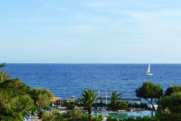 Pool des Hotels mit Meerblick