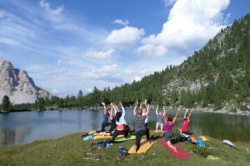Menschen beim Yoga in den Bergen