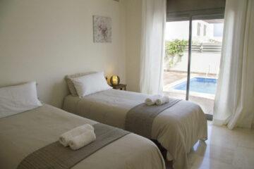 Zweibettzimmer mit Poolblick und geteiltem Bad