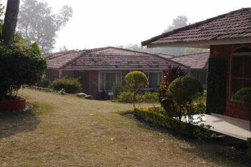 Blick auf die Terrasse eines Bungalows im Swami Rama Sadhaka Grana Ashram