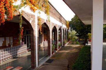 Blick auf Säulengang eines Gebäudetrakt des Swami Rama Sadhaka Grama Ashram