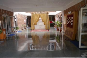 Buddha-Statue in Halle des Gebäudetrakt des Swami Rama Sadhaka Grama Ashram