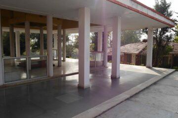 Blick auf Säulenterrasse vor einem Gebäudetrakt des Swami Rama Sadhaka Grama Ashram